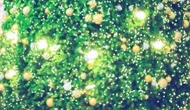 Bokeh de la iluminación del árbol de navidad verde imagenes de archivo