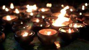 Bokeh de lueur d'une bougie et fond au ralenti de bougies de tache floue clips vidéos