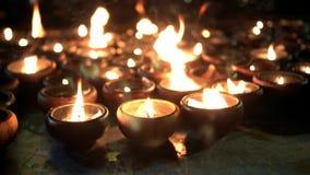 Bokeh de lueur d'une bougie et fond de bougies de tache floue banque de vidéos
