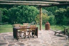 Bokeh de madera de la terraza de la tabla Imagenes de archivo
