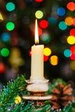 Bokeh de Noël An neuf Arbre décoré, présents, bougies, cadeaux Profondeur de zone festive Photos libres de droits