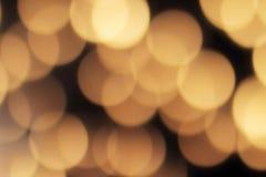 Bokeh de oro en un fondo negro, contexto oscuro abstracto con las luces calientes defocused Imagenes de archivo