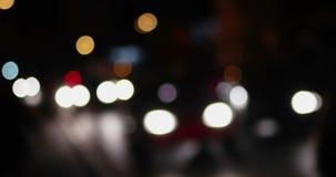 Bokeh de rue de ville de nuit Le trafic brouillé par lumières Defocused sur la route Tir brouillé par résumé de vie nocturne Scèn banque de vidéos