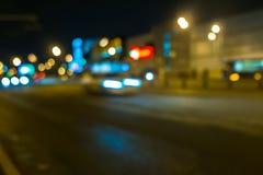 Κυκλοφορία πόλεων νύχτας σε μια γιγαντιαία μητρόπολη Ελαφρύ υπόβαθρο bokeh πόλεων Φωτεινοί σηματοδότες νύχτας Defocused στοκ φωτογραφία
