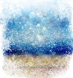 白色和银色抽象bokeh光 与雪花覆盖物的defocused背景 免版税库存照片