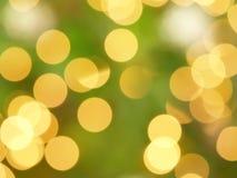 Bokeh Defocused das luzes de Natal do ouro amarelo na árvore de Natal Foto de Stock Royalty Free