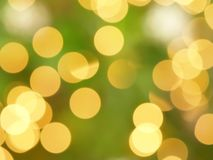 Bokeh Defocused de las luces de la Navidad del oro amarillo en el árbol de navidad Foto de archivo libre de regalías