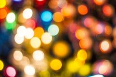 bokeh dekorative Kette im Freien beleuchtet am Baum im Garten in der Nacht hängen Lizenzfreie Stockfotos