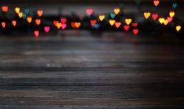 Bokeh del corazón, concepto del día del ` s de la tarjeta del día de San Valentín en fondo de madera Fotos de archivo
