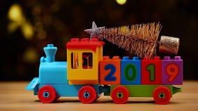 Bokeh 2019 del oro de la cantidad del hd del árbol de abeto del tren del juguete metrajes