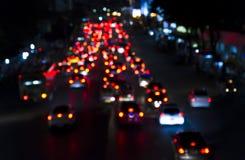 Bokeh dell'ingorgo stradale di sera sulla strada in città Fotografie Stock