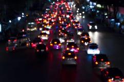 Bokeh dell'ingorgo stradale di sera sulla strada in città Immagini Stock Libere da Diritti