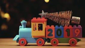 Bokeh 2019 dell'oro del metraggio del hd dell'albero di abete del treno del giocattolo video d archivio