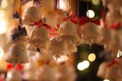 Bokeh delle luci delle campane di Natale fotografia stock