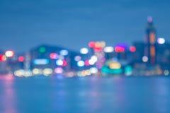 Bokeh delle luci notturne della città di Hong Kong con la riflessione dell'acqua Immagine Stock Libera da Diritti