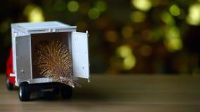 Bokeh di legno miniatura dell'oro della tavola dell'albero di abete dell'automobile rossa del giocattolo stock footage