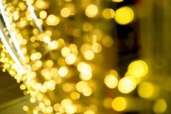 Bokeh dourado da iluminação e artigo da decoração pelo Natal e o ano novo imagens de stock