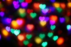 Bokeh en forma de corazón colorido de las tarjetas del día de San Valentín en el bokeh negro de la iluminación del fondo para la  Fotos de archivo libres de regalías