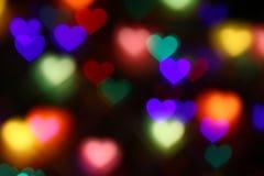Bokeh en forma de corazón colorido de las tarjetas del día de San Valentín en el bokeh negro de la iluminación del fondo para la  Imágenes de archivo libres de regalías