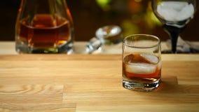 Bokeh för trätabell för whiskyisexponeringsglas guld-