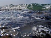 Bokeh gör sammandrag bakgrund av avsiktligt ut ur fokus eller defocused fallande havssprej mot en blå himmel Royaltyfri Fotografi