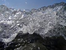 Bokeh gör sammandrag bakgrund av avsiktligt ut ur fokus eller defocused fallande havssprej mot en blå himmel Arkivfoto