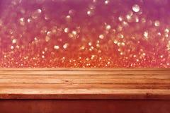 Bokeh-Hintergrund mit leerer hölzerner Plattformtabelle Abstraktes Hintergrundmuster der weißen Sterne auf dunkelroter Auslegung Lizenzfreie Stockbilder