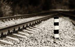 Bokeh horizontal da coluna da milhagem da estrada de ferro do sepia imagem de stock
