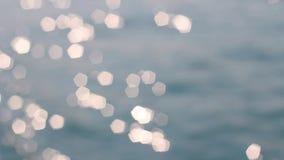 Bokeh ilumina o fundo abstrato das ondas do mar vídeos de arquivo