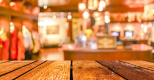 空的木桌和咖啡店弄脏与bokeh imag的背景 库存图片