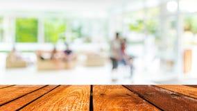空的木桌和咖啡店弄脏与bokeh imag的背景 图库摄影