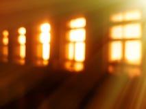 Bokeh intérieur de fenêtres diagonales avec le fond clair de fuite Image stock