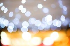 Bokeh leggero dorato l'immagine ha creato da stile della sfuocatura e di morbidezza per fondo, immagini stock