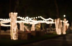 Bokeh-Licht im Garten verziert mit kleinen Glühlampen Lizenzfreie Stockfotografie