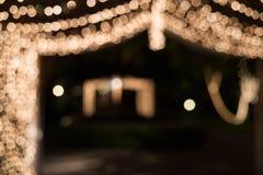 Bokeh-Licht im Tunnel verziert mit kleinen Glühlampen Lizenzfreie Stockbilder