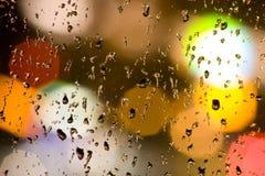 Bokeh-Lichter hinter Glas und Tropfenwasser Stockfoto
