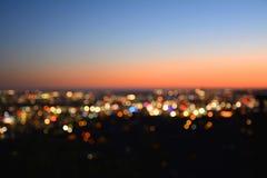 Bokeh ljus av en stad på solnedgången royaltyfri fotografi