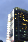 Bokeh-Nachtturm modern in der Großstadt Stockfotos