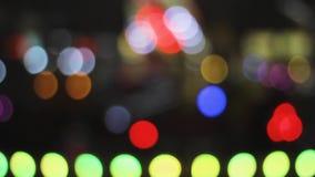 Bokeh obscuro da iluminação das luzes do festival da noite filme
