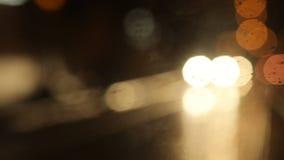 Bokeh od przybywającego samochodu i latarni ulicznych przy nocą zdjęcie wideo