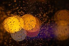 Bokeh regn, fönster, lampor Royaltyfri Bild