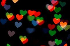 Bokeh rouge et vert de coeur sur le fond foncé photographie stock libre de droits