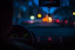 Bokeh se enciende de tráfico en la noche para el fondo Empañe las luces del imaBokeh del tráfico en la noche para el fondo Imagen Imagenes de archivo
