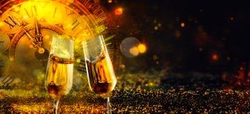 Bokeh skinande abstrakt bakgrund med klockan och Champagne royaltyfri fotografi
