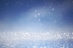 Bokeh tänder bakgrund med mång- lager och färger av vita silver och blått Arkivbild
