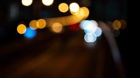 Bokeh vago di trasporto muoventesi Semafori Defocused alla notte stock footage