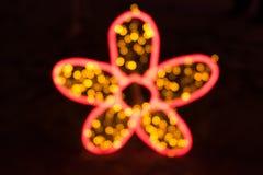 Bokeh vago variopinto di luce nella forma del fiore isolata Fotografie Stock