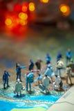 Bokeh zaświeca - Miniaturowych zabawkarskich ludzi pojęcie USA patroli/lów granicznych przeciw grupie wędrownik od Meksyk zdjęcia royalty free