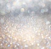 白色银和金抽象bokeh光。defocused背景 免版税库存照片
