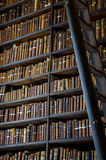 Boken av Kells, bokhylla, långt rumarkiv i Treenighethögskola Royaltyfria Foton